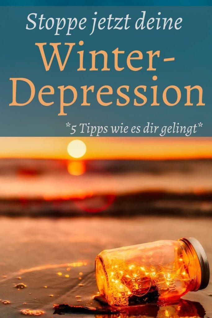 Eine Depression kommt nicht über Nacht. Oft zeigen sich schon Wochen vorher erste Anzeichen. Steuerst du jetzt gezielt dagegen, wirst du die Winterdepression kleinhalten können. Lies hier, was du tun kannst, wenn die Depression anklopft. /Depression überwinden / depri / Lichtlampe Depression / Lichttherapie / Affirmationen bei Depression / Gehirnwellen / D3 K2 bei Depression / Unterbewusstsein Depression / emotional instabil / glücklich werden / dunkle Jahreszeit / traurig /